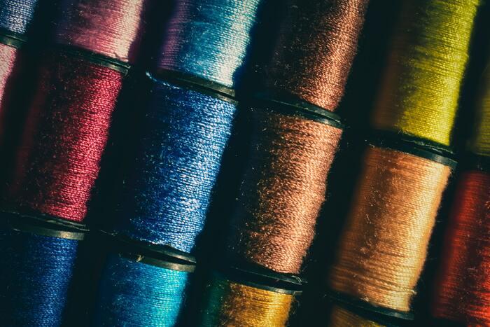 自然な仕上がりの意外なポイントが糸選びです。例えば同じ茶色でも、糸の色の濃淡でガラッと印象が変わってしまいます。淡い色の布の場合は布より薄めの色の糸を、濃い色の布には布より濃いめの色の糸を選ぶと糸が目立たず自然に見えるので覚えておいてください。もしくは、白い布に赤い糸、黒い布に黄色い糸など、あえて目立つ色の糸を合わせてアクセントにするのも一つの方法です。中途半端が一番いけません。実際使う布に糸を当てて色を見るのが一番確実ですので、糸を購入する時にはハギレを用意してでかけましょう。