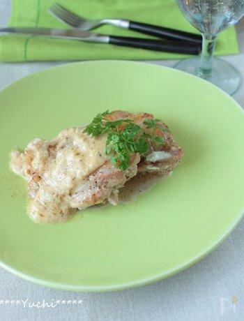 鶏もも肉をソテー。裏返したら、サワークリームオニオンのソースをたっぷりのせて、蒸し焼きに。残ったソースは、パンにつけたり、タコライスにしたり、万能に使えます。