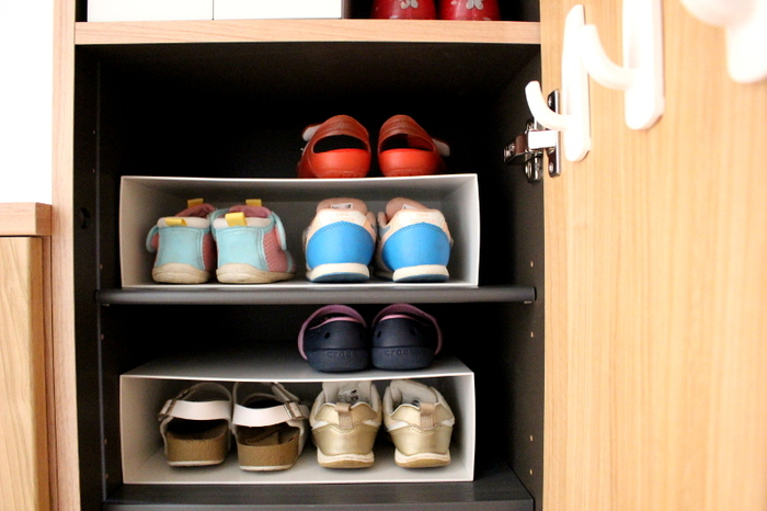 靴の数が多くてシューズボックスが大混雑…というお宅は、スペースを最大限に活かすラックの活用がおすすめです。 シューズ用ラックがなくても、100均のファイルボックスで代用可能。 子どもの靴や高さのないパンプスなら、隙間を使ってすっきり収納できます。