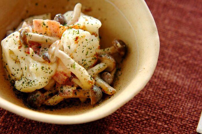 カリフラワーときのこを炒めて、サワークリームなどを合わせます。簡単な炒め物ですが、ワンランク上のリッチな味わい。ディナーの副菜やパスタソースとしても重宝します。