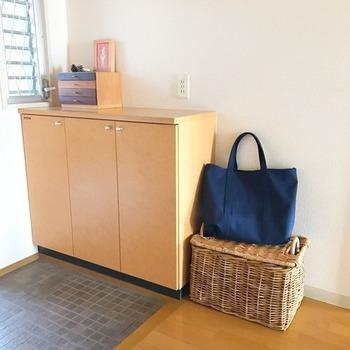 出勤やお出かけのお供であるバッグは、収納場所に悩むアイテムの一つです。  形がさまざななバッグ類は、カゴを活用して収納すると見た目がすっきりします。  普段使いのバッグはカゴのうえへ、お出かけ用や2軍バッグはかごの中にしまっておきましょう。 来客時など、人目が気になるときは、かごの中にサッと隠すこともできます。  かごのうえに置くことで、バッグの底裏が汚れる心配もありません。