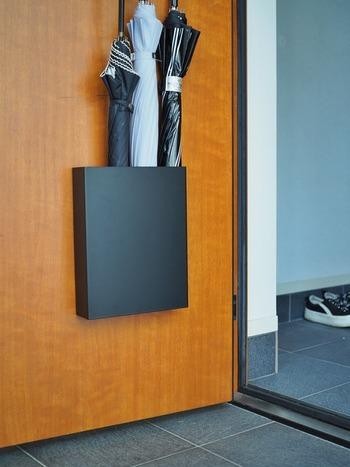 「取り出しやすさ」「しまいやすさ」を求めるなら、玄関ドアを活用した収納術がおすすめです。  玄関スペースに傘立てを置くと、ほこりが溜まりやすく掃除のたびに移動させなければいけません。 その点、ドアに傘を収納することで、お掃除がしやすくて家事の時短にもなります。  ドアの開閉でずれないように、マグネットの強度や耐荷重にも注目しましょう。