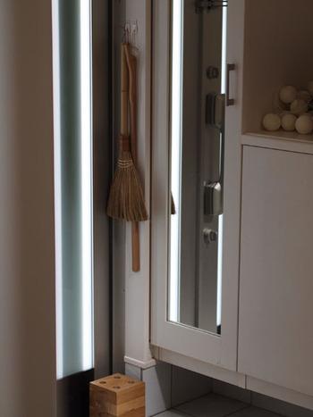 玄関のたたきや鏡の掃除に使うアイテムは、汚れが気になったときにササっと掃除ができるように、あえて見せる収納にするのがgood! 生活感が出ないようにするには、デザイン性にこだわって選ぶことがポイントです。  小掃除もしやすくなって、玄関まわりを清潔に保ちやすくなります。