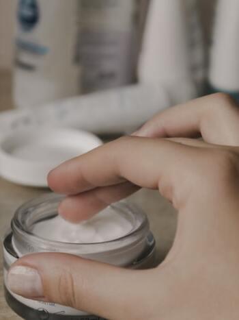 保湿クリームは、尿素やビタミンEが含まれているものがオススメ。  尿素が配合されているクリームは、角質をやわらかくする効果があり、角質の水分保持を増強してくれます。  ビタミンEが配合されているクリームは、皮膚をやわらかくし、血行を促進する効果があります。  お風呂に入ったあと、かかとに水分が含まれているときに保湿クリームを使ってケアを行うと効果的です。