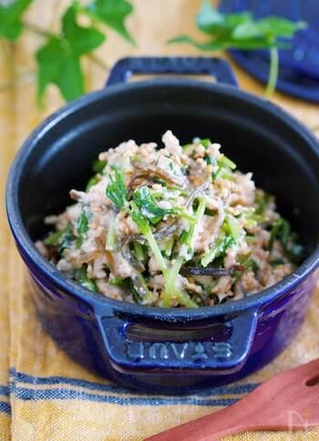 味付けにツナマヨネーズを使った白和えサラダ。子供にも喜ばれそう♪こちらも豆腐の水切りをしない時短レシピ。豆苗を茹でずに切って、他の材料を混ぜるだけであっという間に作れちゃいます。ツナ缶の油も切らずそのまま使い、さらに塩昆布も使っているので、うまみ成分たっぷりで風味豊かです。豆苗の代わりに水菜やかいわれ大根を使っても◎。節約にもなる嬉しい副菜。