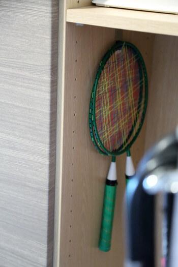 バトミントンのラケット、サッカーボール、野球のグローブ…、おもちゃは形がいろいろあって収納が大変です。  バトミントンのラケットのように薄いアイテムは、シューズボックスや収納棚の壁面に引っかけると、すっきり収納できます。 なわとびやフラフープなども、引っかけ収納との相性がgood!  また、子どもが自分で取り出せて片づけられるかどうかも大切です。
