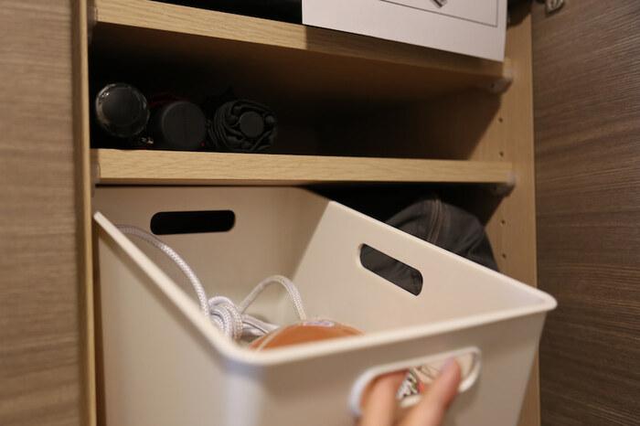ボールや砂場おもちゃは、100均や無印良品のボックスを活用して収納しましょう。いろいろな形のアイテムも、ボックスに入れてしまえば存在感が気になりません。  中に何が入っているのかラベリングしておくことで、元に戻すときにも迷わず収納できます。 砂がこぼれやすい外遊びおもちゃも、ボックスなら掃除がしやすく玄関汚れも防げて一石二鳥です。