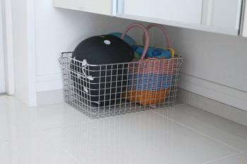 シューズボックスの下は、ワイヤーバスケットやカゴを置いておもちゃや自転車のヘルメットを収納するのもおすすめです。 子どもの手が届きやすく、自分で片づけをする習慣が身につきます。