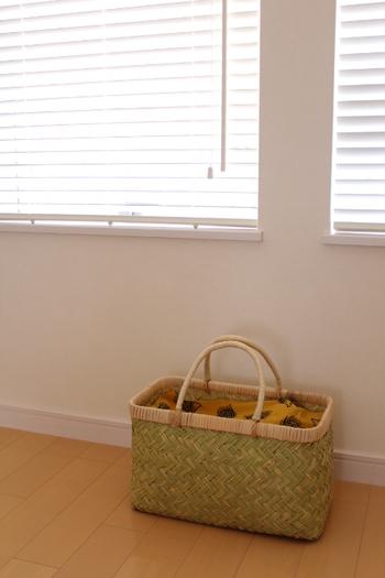 取っ手付きのカゴは、持ち運びや移動に便利。子育て中のママさんなら普段は子供のお昼寝グッズなどを入れておき、来客時はゲスト用の荷物入れに使ってもらうなど有効活用し放題です。