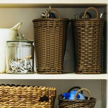 見える収納では様にならないハンガーも、深めのカゴに収納すればすっぽり隠れます。また、かごにしまうことでそっけなくなりがちな収納スペースに温かみをプラスすることができますね♪