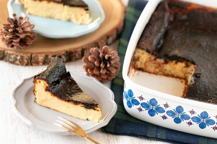 平たいホーロー容器を使った、容器のまま出してもおしゃれなバスク風チーズケーキのレシピ。オーブンや冷蔵庫にそのまま入れられるので楽チンです。