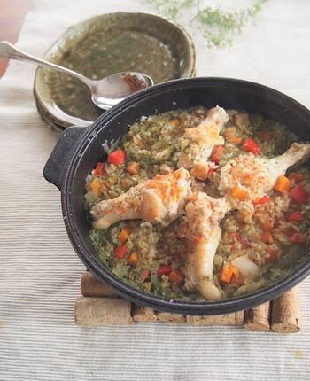 ペルー料理・コリアンダー炊き込みご飯を日本人にも食べやすいレシピでいただきましょう!ホーロー鍋があればご飯も一緒に炊き込むことができますよ。