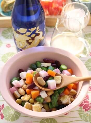 豆腐でドレッシングを作り、食べる直前にかける変わり種白和えサラダです。豆の他にも野菜やヘルシーなたんぱく質であるかまぼこが入っていてダイエットにもぴったりな一品。すべての材料を賽の目切りにしているので、モリモリ噛んで食べることにより満腹感も十分得られそう。好きな野菜・冷蔵庫にある野菜を入れてアレンジしてみても◎。