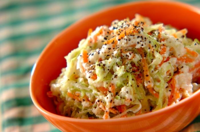 食べやすそうなキャベツとにんじんの千切りサラダ。白和え衣を豆腐ドレッシング風にしたアレンジレシピ。豆腐とマヨネーズを泡だて器で混ぜて作ります。味付けにはお酢やレモンが入っていて爽やか。酸っぱいものに含まれるクエン酸は疲れを感じる元である乳酸を代謝促進してくれます。暑く無駄な体力を使いがちな夏にぴったり。<おいしくなるポイント>キャベツとにんじんはしっかり塩揉みして水切りすると味がよく染みますよ。