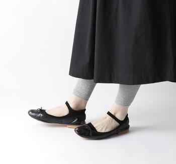 浅履きタイプのバレエシューズとの相性もバツグン。同じ色のフットカバーを合わせると、ストラップシューズのような雰囲気も楽しめます。