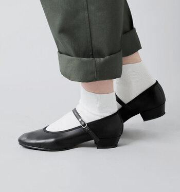あえてパンツの裾をロールアップしてチラ見せさせたい絶妙な丈感。カジュアルすぎない清楚な印象だから、履くだけでよそ行き感が出ます。