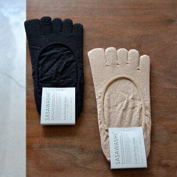 ストッキング無しでパンプスを履きたい方には、五本指フットカバーがおすすめ。足の指の間をサラサラに保ち、快適です。