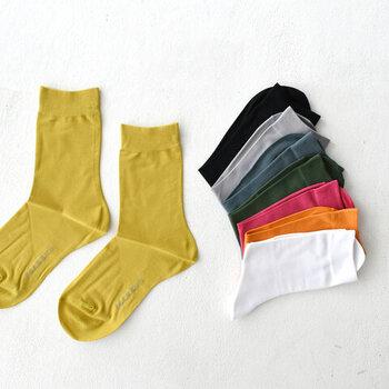 コットン混紡素材で通気性が良く、サラサラとした履き心地のソックス。ハイゲージでカジュアル感抑えめの素材感が大人の雰囲気。使いやすいベーシックな色味から、コーデの差し色になる明るいカラーまで8色ご用意。