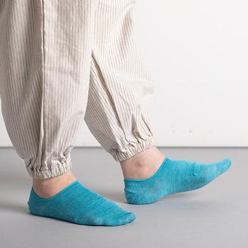 麻特有のシャリ感があって涼しい履き心地のソックス。スニーカーを履くとき重宝するショート丈です。明るい色味のものを選ぶと、足元から気分が明るくなりますね。