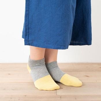 足を締め付け優しい履き心地で人気のシリーズ、その名も「しめつけないくつした」。つま先をまるでペンキに浸けたようなデザインが楽しいDipシリーズです。異なる色の配色がどこかユーモラス。