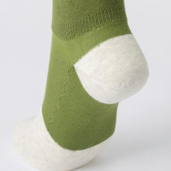 ストレッチ性の高い糸は使用せず、細い糸を2本合わせて編むことで、足をしめつけないやさしい履き心地に。つま先やかかとにはしっかりと強度を持たせ、底は2重に編み立ててクッション性も◎。綿100%で通気性、吸湿性に優れているから、蒸れやすいスニーカーとの相性バツグンです。