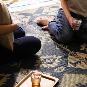 夏のベタつく素足でも心地良く過ごせるサマーラグは、清涼感を演出してくれるだけでなく、温度や湿度も調整してくれます。 クーラーの冷気を吸って冷んやり涼やかに、湿気を吸って爽やかな環境に導いてくれるんですよ。