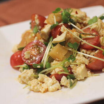 とってもスタミナがつきそうな白和えサラダ。キムチにはにんにくが使われているのでスタミナがつき、唐辛子の成分カプサイシンが消化を助けてくれます。オリーブオイルとブラックペッパーを使い、創作料理風の仕上がりに♪大根キムチが手に入りづらかったら、スーパーにある白菜のキムチにトマトと大根を混ぜて作っても◎。<キムチを選ぶポイント>中にはキムチの味付けをしただけの商品があるので、ちゃんと発酵させて乳酸菌がたっぷり含まれているものにしましょう。