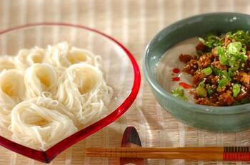冷たい担々麺風のつけダレです。豆腐で作ったつけダレにピリ辛肉みそを合わせて。豆腐のとろみのあるつけダレが、そうめんとよく絡みます。ピリ辛味の肉みそは豆腐とゴマが合わさることでまろやかな味わいに。ザーサイの食感がいいアクセントになっています。お好みでラー油をかけて召し上がれ♪