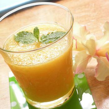 ちょっとバテ気味のときに飲みたい、なつみかんと生姜を使ったジュース。生姜のスパイシーさとはちみつの甘さが、シャキッと爽やか。