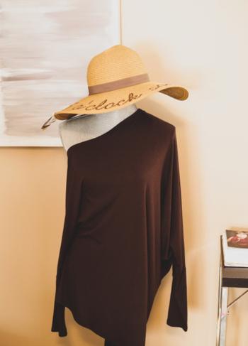 着心地を良くするために、伸縮する生地が使われている服も多く、型くずれが起きやすいことも。  特にニットは、リブが伸びやすく、型くずれがわかりやすい素材。 また、ストレッチのためにポリウレタンが編み込まれている素材は、着用や洗濯によって繊維が切れてしまい、生地の表面に短い糸のように飛び出していることも。  このように見た目にわかるほど型くずれすると、どうしてもだらしない印象に。手放すタイミングだと考えましょう。