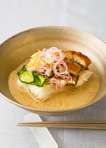 スタミナ抜群!うなぎを使った贅沢な一品です。そうめんをひんやり食べたいときには、お好みで氷を入れても◎ 濃厚なごまだれをたっぷりと絡めて味わって。夏バテ気味のときにもおすすめです。