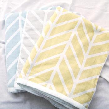 表面はガーゼでサラッと、肌に触れる面は柔らかパイル仕上げと、夏におすすめの素材をかけあわせた嬉しい使い心地のタオルケット。寝苦し夏場も快適な睡眠に導いてくれそうです。丸洗いができるので清潔を保てるところも魅力です。