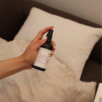 ベッドカバーやピロケースなどに、シュっと吹きかけるだけでOKのミストスプレー。心地の良い香りが深い眠りへと導きます。安眠効果があると言われている、ラベンダーやベルガモットの香りを選べばリラックスして深い眠りにつけそうです。 ※妊娠中の方や授乳中の方の使用はお控えください