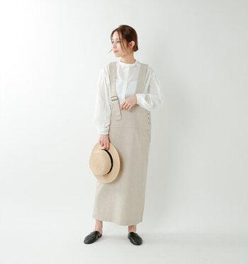 サスペンダー付きのオーバーサイズストレートスカートに透け感のあるスタンドカラーシャツを合わせた楽なナチュラル大人コーデ。ふわっとしたボリュームのあるフレア袖が爽やかさを演出してくれます。キレイめなコーデにカンカン帽とメッシュスリッパを合わせて涼しさを表現するのがポイント。