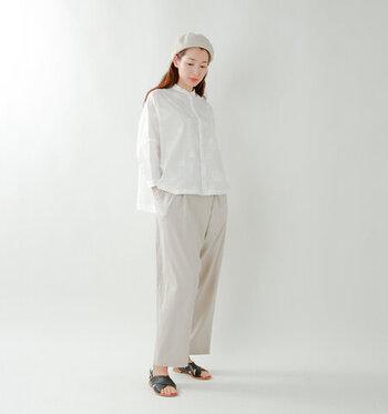 紫陽花の刺繍入りデザインシャツにゆったりとしたボトムスを合わせたワントーンコーデ。同色のベレー帽を合わせることでマニッシュなスタイルに。足元は肌見せで抜け感を出すのがポイントです。