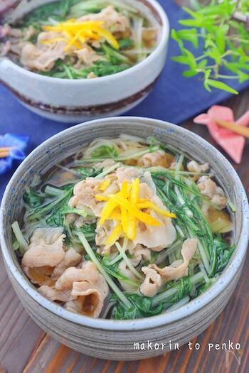 ランチにもピッタリ!簡単に作れる豚バラ肉と水菜のにゅうめんです。  水で薄めためんつゆを沸騰させて、具材を入れるだけで出来ちゃいます。水菜は煮込み過ぎず、最後にサッと火を通すだけの方が食感を楽しむことができます。仕上げにゆずの皮をのせて風味豊かにさっぱりといただきましょう。