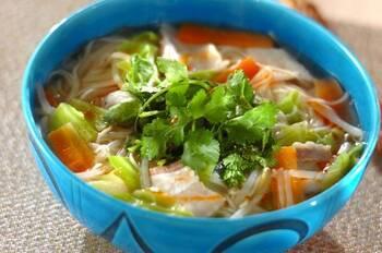 野菜もたっぷりとれる具だくさんのエスニックにゅうめんです。パクチーを添えることで、一気にエスニック風に変わります。パクチーが苦手な方は、ニラを代わりに入れると◎ 冷蔵庫に残っている野菜を入れてもいいですね。一杯でたっぷり栄養もとれて、お腹が満たされますよ!