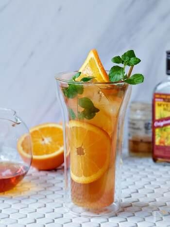 フレッシュなオレンジが爽やかな、ラムと紅茶のカクテルです。フォトジェニックに見せるコツは、オレンジをグラスの側面に貼り付けること。おもてなしにもどうぞ。