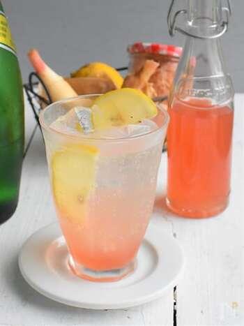 鮮やかなピンクは、新生姜とレモンが反応して出た自然な色合い。シロップを作っておけば、炭酸水で割るだけで可愛いピンクジンジャーエールが出来上がります。残った生姜はガリになって一石二鳥です。