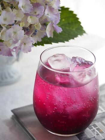 赤しそシロップも夏に作るのにおすすめのシロップです。こちらのレシピでは、青じそもミックスすることでしその風味をアップしています。赤紫の鮮やかなシロップは、まるで紫陽花のようで綺麗ですね。