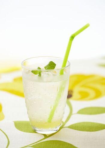 シンプルな材料で作る、簡単なスカッシュのレシピ。レモンは1個を贅沢に絞ることで、自然な香りと酸味を堪能できます。ライムを混ぜたり、サイダーで割ったりなどのアレンジもぜひ試してみて。