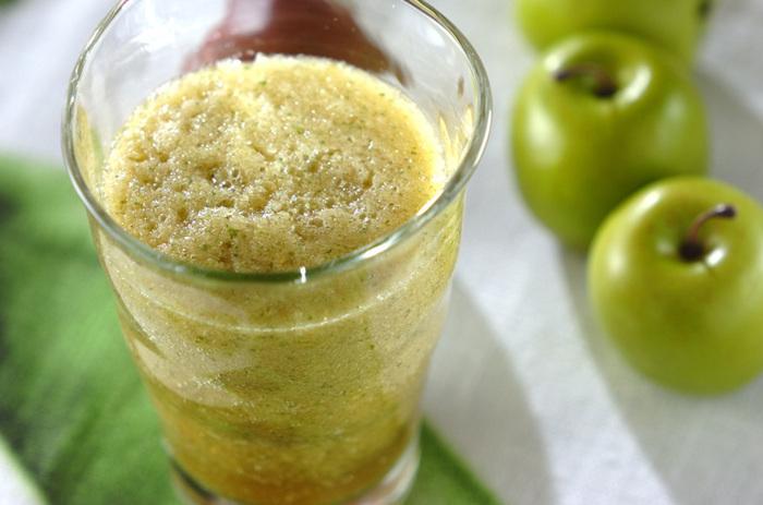 青りんご、大葉、そしてお水だけのシンプルな材料で作る、爽やかなヘルシージュース。食欲を増進させる効果があるといわれる大葉は、夏バテで食欲がないときにおすすめです。