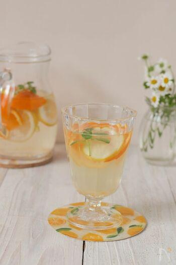 りんご酢とオレンジが気分をすっきりとさせてくれる、さわやかビネガードリンク。炭酸水で割ればシュワシュワ爽やかに、お水で割っても美味しくいただけますよ。