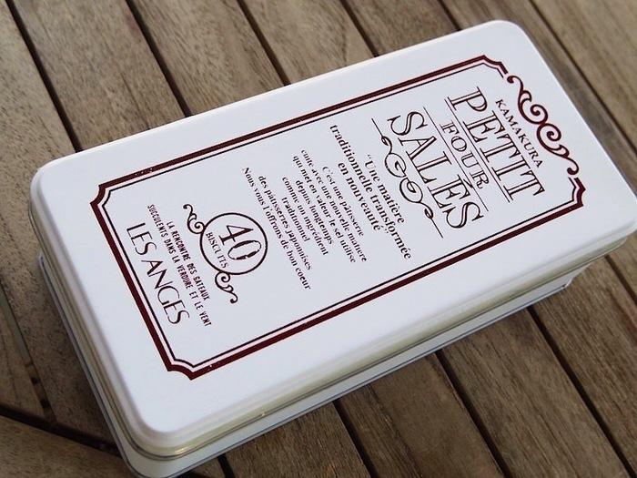「LESANGES(レ・ザンジュ)」の「プティ・フール・サレ」は、甘くないクッキーの代表格。鎌倉とフランス産のゲランド塩をブレンドした塩味クッキーは、たびたびメディアでも紹介される人気商品です。  アンティークデザインの缶はSNSにも多くアップされているので、見かけたことがある方もいらっしゃるのではないでしょうか?