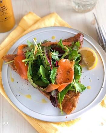 そば粉のガレットは、卵やハムのほかにも、野菜や魚介などでサラダ風にするのもおすすめ。とても華やかで、栄養バランスもよくヘルシーです。ダイエット中の方にもおすすめ。