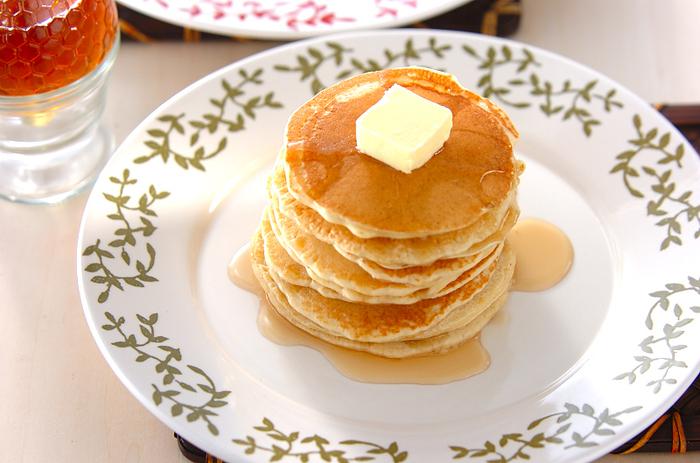 薄力粉にそば粉をブレンドしたパンケーキ。香ばしいそば粉の香りを楽しむために、トッピングもシンプルに。休日の朝食やおやつタイムにゆったりと楽しみたい大人のパンケーキです。