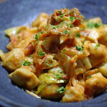 男爵芋とそば粉を合わせた生地で、風味高いニョッキを作ります。キャベツとともに、トマトチーズソースで仕上げれば、おしゃれなイタリアンのひと皿が完成します。