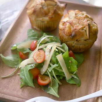 コンテチーズとりんごを使った、そば粉のおかずマフィン。サラダとともにワンプレートにすれば、素敵な朝食になりますね。くせのないグレープシードオイルが、素朴で滋味深いそば粉の風味を生かします。