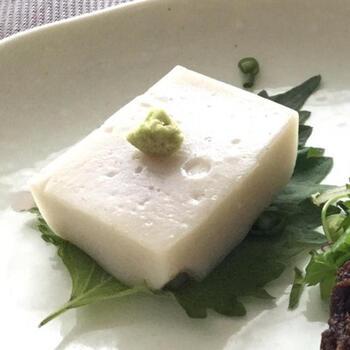 そば粉に葛粉を合わせて作る、そば豆腐。精進料理のしみじみとした味わいを楽しみましょう。上品な和食膳の素敵な1品になります。