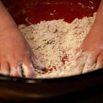 もちろん、そば打ちやそばがきなど、そば粉は和風の使い方もたくさんあります。小麦粉の代用と考えれば、かき揚げやお好み焼きなど発想が広がるはずです。